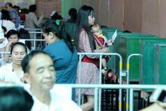 O eleitor tailandês leva sua criança durante o avanço votou imagens de stock royalty free