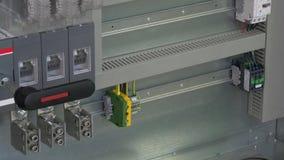O elemento de controle do microcontrolador contacta o indicador da tensão na fábrica filme