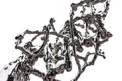 O elemento de uma figura abstrata do cromo chapeou o aço que simula a fluidez e que espirra o líquido imagens de stock