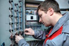 O eletricista do coordenador fixa problemas no painel bonde Imagens de Stock Royalty Free