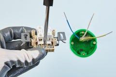 O eletricista faz o interruptor padrão europeu novo imagem de stock royalty free