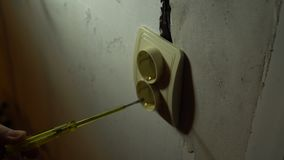 O eletricista testa um soquete com uma chave de fenda especial filme