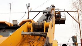 O elevador amarelo do guindaste da vista de primeira pessoa um eletricista faz seu trabalho que repara fios elétricos video estoque