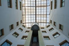 O elevador da rua na construção aumenta à parte superior, cercada por janelas imagens de stock royalty free