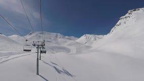 O elevador de cadeira aumenta à parte superior da montanha no inverno Ski Resort filme
