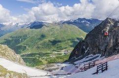 O elevador de esqui à parte superior da montanha em uma altura de 2400 medidores nos cumes Imagens de Stock
