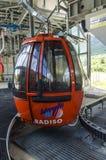O elevador de esqui à parte superior da montanha em uma altura de 2400 medidores nos cumes Fotos de Stock Royalty Free