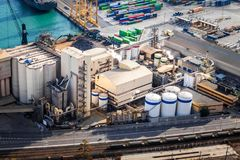 O elevador do silo no porto marítimo da carga com uma estrada de ferro fotografia de stock royalty free