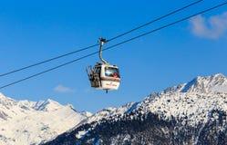 O elevador na estância de esqui de Courchevel, cumes Imagem de Stock