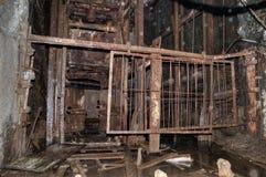 O elevador velho na mina de carvão imagens de stock royalty free