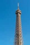 O elevador vermelho com turistas move-se para a parte superior da torre Eiffel Fotos de Stock Royalty Free