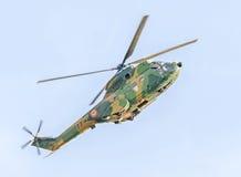O elicopter Aerobatic pilota o treinamento no céu da cidade Elicopter do puma, marinha, broca do exército Imagens de Stock Royalty Free