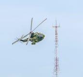 O elicopter Aerobatic pilota o treinamento no céu da cidade Elicopter do puma, marinha, broca do exército Fotos de Stock