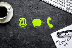 O email contacta-nos conceito com ícones do Internet e modelo da opinião superior do fundo da mesa do trabalho do café Imagens de Stock Royalty Free