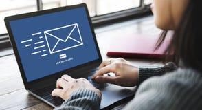 O email da mensagem envia o conceito de uma comunicação do envelope foto de stock royalty free