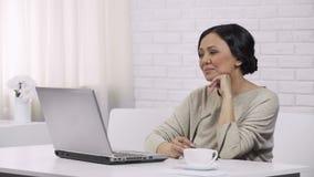 O email de espera da mulher responde das crianças, do registro em linha e da compra filme