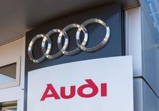 O emblema Audi no escritório do negociante oficial Foto de Stock Royalty Free