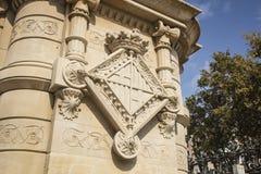 O emblema, brasão da cidade de Barcelona, cinzelou na pedra imagem de stock