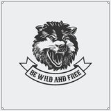 O emblema com lobo Imagens de Stock Royalty Free
