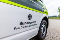 O emblema de Bundeswehr Wir dienen Deutschland, em um carro militar Imagem de Stock Royalty Free