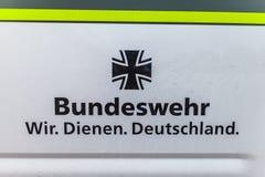 O emblema de Bundeswehr Wir dienen Deutschland, em um carro militar Fotos de Stock Royalty Free