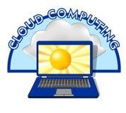 O emblema de computação da nuvem com portátil, no sol da exposição e indica atrás uma nuvem natural Imagem de Stock