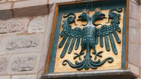 O emblema de Nuremberg, Alemanha na parede na parte histórica da cidade Águia de cabeça negra filme