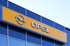 O emblema de Opel sobre o céu azul Foto de Stock Royalty Free