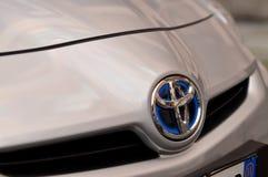 O emblema de Toyota com híbrido fotos de stock royalty free