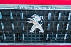 O emblema de um le?o na capa de um carro vermelho foto de stock royalty free