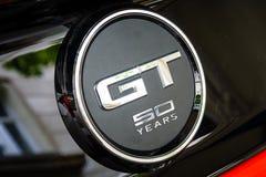 O emblema de uma edição do aniversário de Ford Mustang 50th do carro de pônei Fotos de Stock Royalty Free