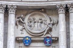 O emblema dos braços com esculturas de pedra como o teste padrão na construção com as colunas em Roma, Itália Fotografia de Stock