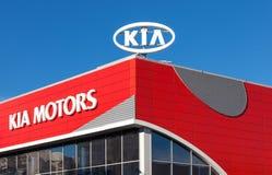 O emblema KIA viaja de automóvel no fundo do céu azul Imagem de Stock