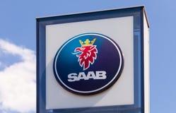 O emblema SAAB sobre o céu azul Fotografia de Stock Royalty Free