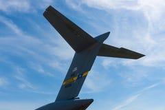 O empennage de um C-17 estratégico e tático Globemaster III de Boeing do airlifter Fotos de Stock Royalty Free