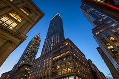 O Empire State Building iluminado com luzes de Natal no crepúsculo Arranha-céus na 5a avenida, Midtown Manhattan, New York Fotos de Stock Royalty Free