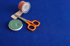 O emplastro, scissor e pomada fotos de stock