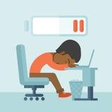 O empregado cai adormecido em sua mesa Imagens de Stock Royalty Free