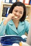 O empregado come o petisco no trabalho Imagens de Stock Royalty Free