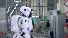 O empregado da fábrica é de vinda e permitindo que um robô comece furar video estoque