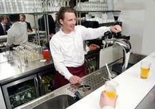 O empregado de bar Fotografia de Stock