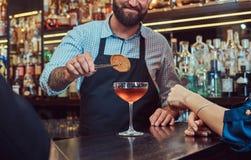 O empregado de bar brutal à moda alegre serve um par atrativo que passe uma noite em uma data imagens de stock