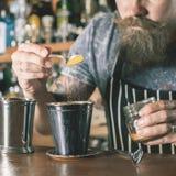 O empregado de bar considerável está fazendo o cocktail Imagens de Stock