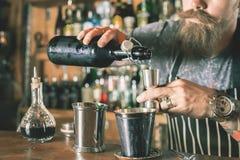 O empregado de bar considerável está fazendo o cocktail Fotos de Stock