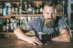 O empregado de bar considerável está fazendo o cocktail Fotografia de Stock Royalty Free