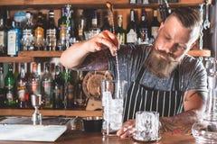 O empregado de bar está fazendo o cocktail Fotografia de Stock