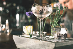 O empregado de bar está fazendo o cocktail fotos de stock royalty free