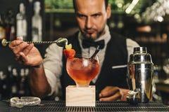O empregado de bar está fazendo o cocktail no clube noturno imagens de stock royalty free