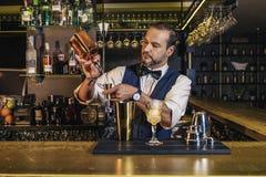 O empregado de bar está fazendo o cocktail no clube noturno Imagens de Stock