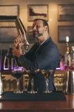 O empregado de bar está fazendo o cocktail no clube noturno Fotografia de Stock Royalty Free
